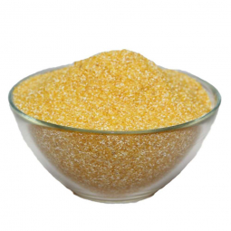 тарелка кукурузной крупы на белом фоне