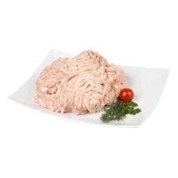 куриный фарш на белой квадратной тарелке с помидором черри и веточками свежей зелени