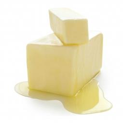 фото нарезанного кубиками маргарина на белом фоне