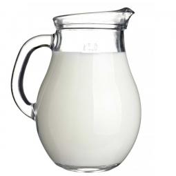 фото масляного обрата в кувшине на белом фоне