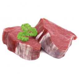 кусочки мяса косули с зеленью на белом фоне