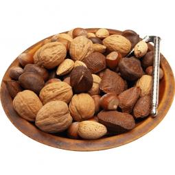 орехи в тарелке на белом фоне