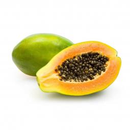 целая и половинка папайи на белом фоне