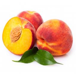 целый персик и половина фрукта на белом фоне