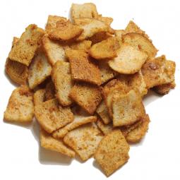 фото пшеничных сухарей, нарезанных кубиками, на белом фоне