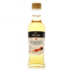 бутылка рисового уксуса на белом фоне