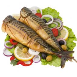фото рыбы скумбрии горячего копчения, которая лежит на листьях салата, лимоне и овощах