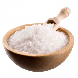 тарелка с морской солью на белом фоне