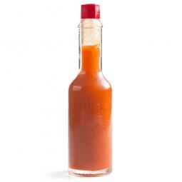 соус табаско в бутылке на белом фоне