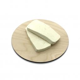 сыр фета на кухонной доске
