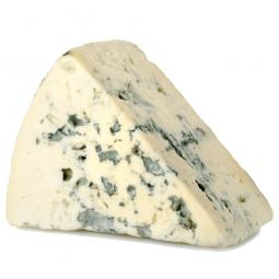 голубой сыр с плесенью на белом фоне