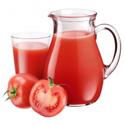 графин и стакан с томатным соком, целый и разрезанный помидор рядом