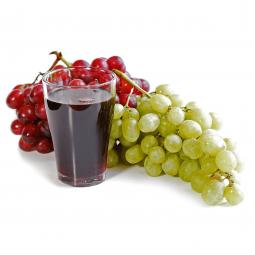 стакан красного виноградного сока и две кисточки винограда (красного и белого цвета) на прозрачном фоне
