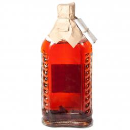 фото бутылки с вишневой настойкой на белом фоне