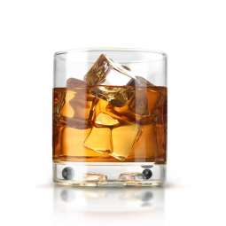 широкий стакан со льдом и виски на белом фоне