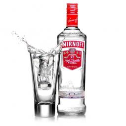 бутылка с водкой и наполненная стопка рядом