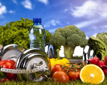 свежие овощи и фрукты, гантели