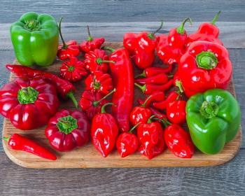 разные виды красного и зеленого перца