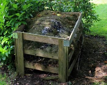 компост в деревянном ящике