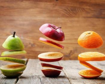 нарезанное яблоко, груша и апельсин на столе