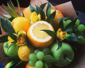 фруктовый букет из апельсинов, яблок, винограда и цветов