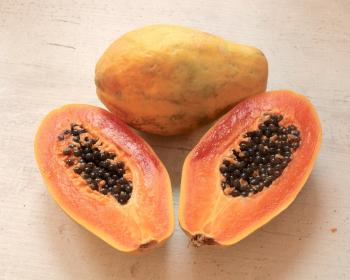 половинки спелой папайи