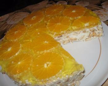 фруктовый торт без выпечки из крекеров с йогуртом и сметаной, покрытый колечками апельсинов и желе