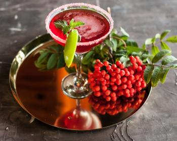 поднос с ягодным соком и рябиной