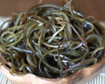 морская капуста в тарелке