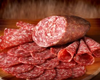 слайсы копченой колбасы