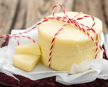 сыр сулугуни на столе