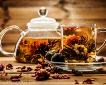 чайник и кружка с черным чаем