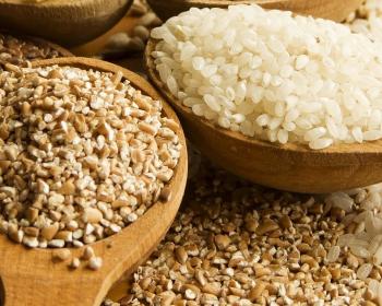 гречка и рис в деревянных ложках