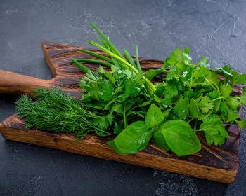 пучок зелени на деревянной доске