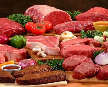 разные виды мяса с зеленью и овощами