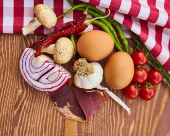 яйца, помидоры, лук и зелень