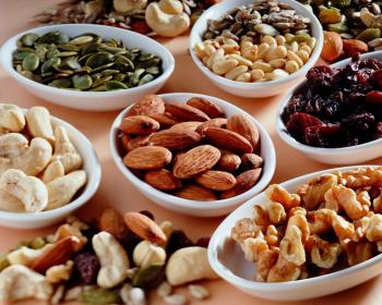 орехи и сухофрукты в тарелках