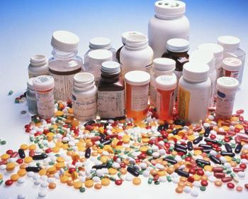 баночки с таблетками и микстурами