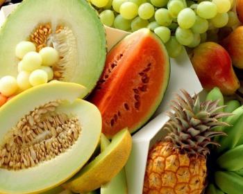 нарезанные дыни, арбуз и целые фрукты