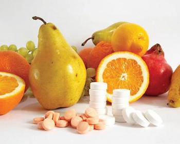 груши, цитрусовые и таблетки на столе