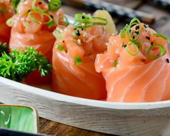 кусочки красной рыбы с зеленью