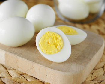 вареные очищенные куриные яйца