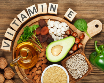 авокадо, орехи, сухофрукты, масло и зелень