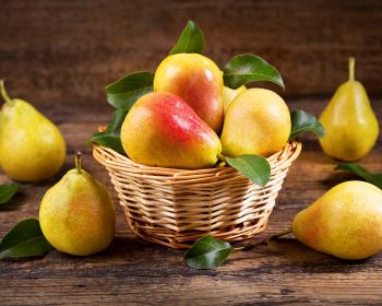 спелые желтые груши в корзинке