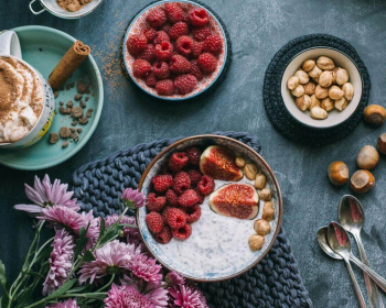 ягоды, орехи и гвоздика на столе