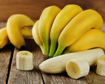 спелые бананы на столе