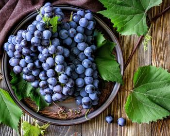 синий виноград на столе