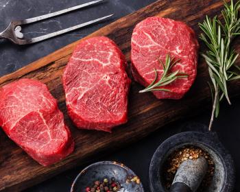 красное мясо с приправами на столе