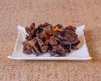 китайский древесный гриб в тарелке на столе