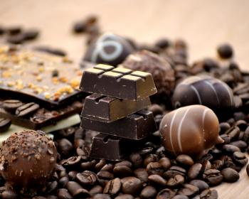 шоколадные конфеты, плитка шоколада и кофейные зерна
